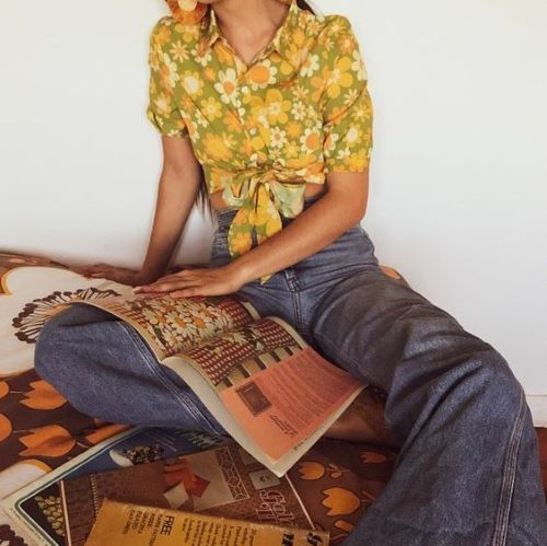 Phối đồ cho phong cách retro đầy thời thượng với quần jeans cạp cao và áo croptop hoa