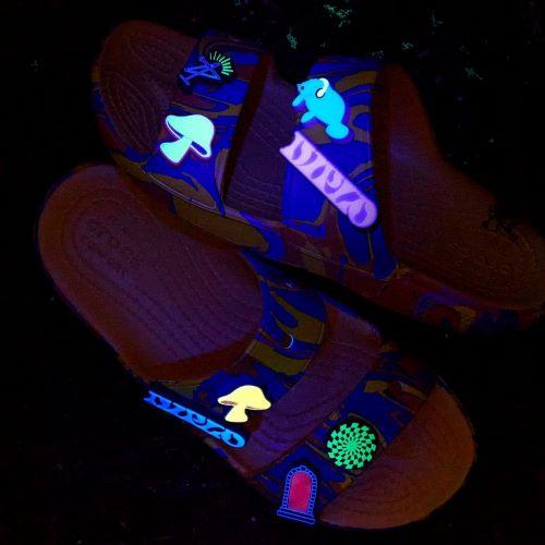 """Diplo và Crocs cùng nhau """"Đi dạo một cách kỳ lạ"""" với bộ đôi Classic Clog và Classic Sandal"""