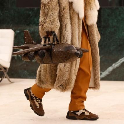Mang cả chuyến bay trên tay cùng Global brand Louis Vuitton