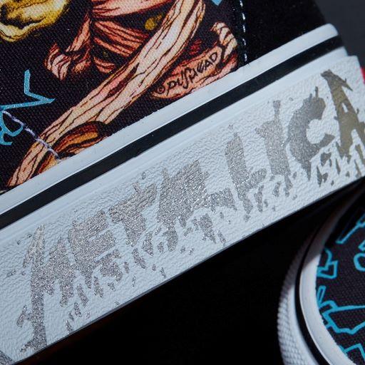 Tên thương hiệu màu bạc và logo Metallica