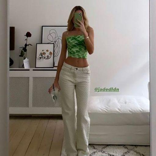 Áo xanh lá kết hợp với quần dài trắng
