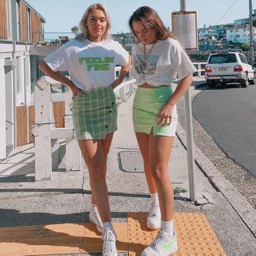 Áo thun trắng và chân váy caro xanh lá
